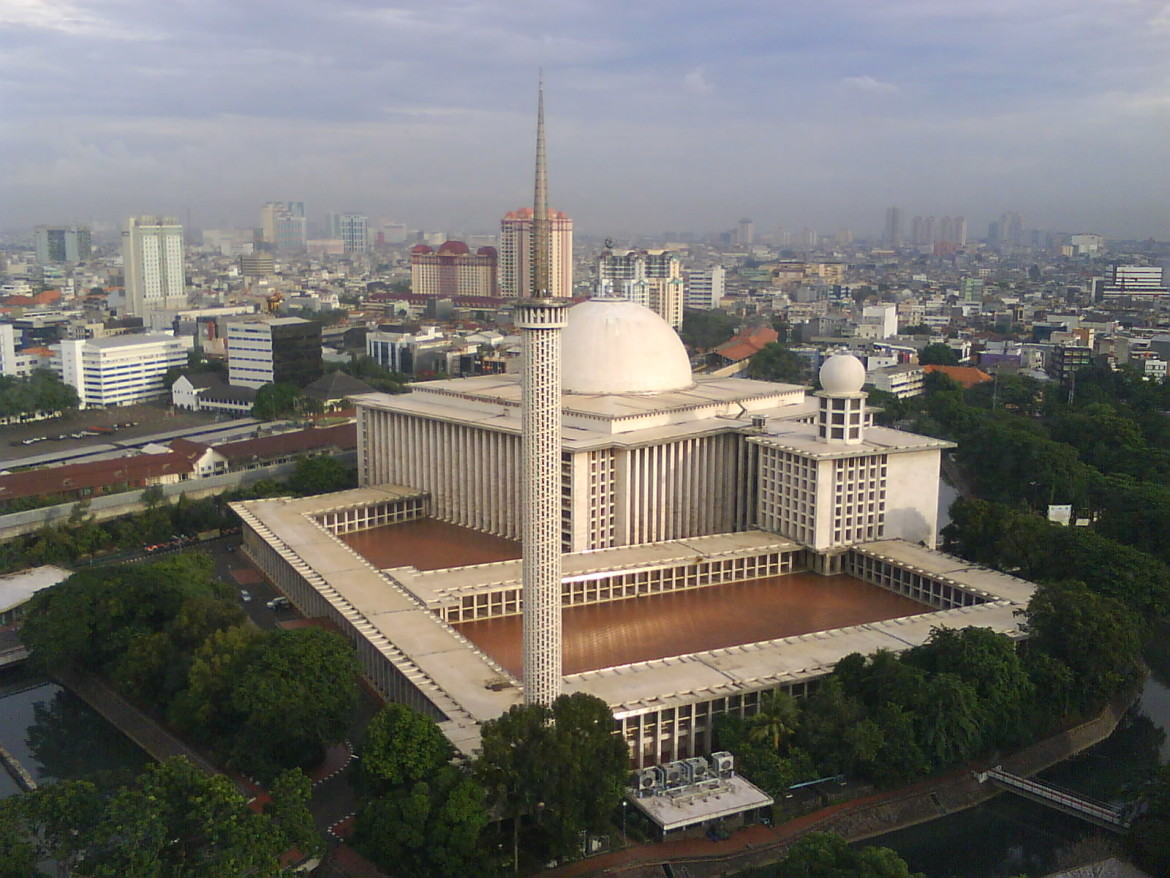 Istiqlal Mosque is the largest mosque in Indonesia and Southeast Asia. Also known as the Masjid Istiqlal, most visitors to the city should be able to walk to the Istiqlal Mosque from their hotel Jakarta as this magnificent mosque occupies a prime position in the city square of Lapangan Banteng.